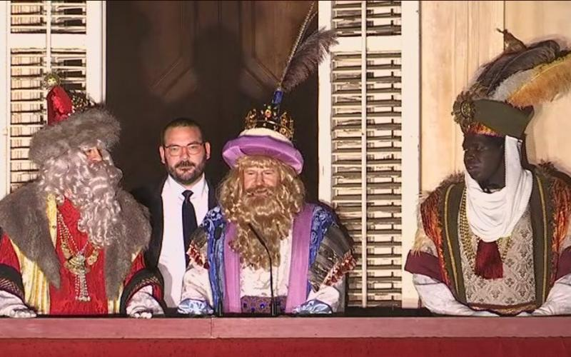 Ses Majestats els Reis d'Orient al balcó de l'Ajuntament
