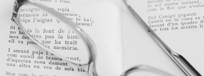 llibre obert amb ulleres a sobre
