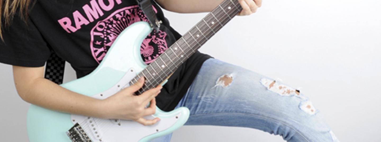 Jove tocant la guitarra