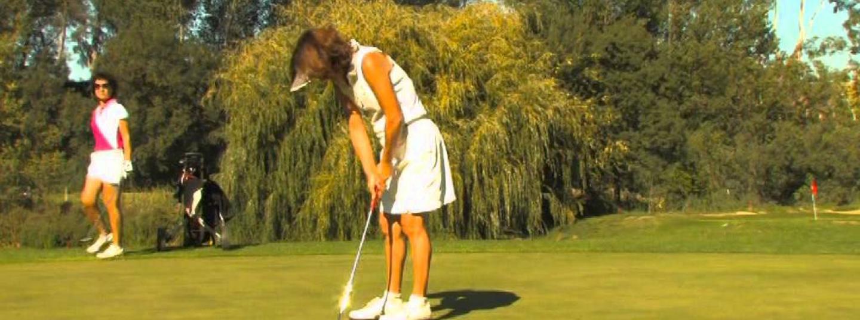 Jugadora de golf en el moment d'efectuar el cop a la pilota de golf