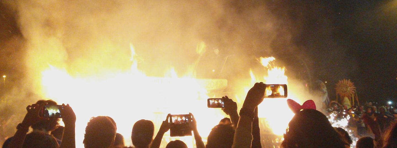 Un mar de mòbils immortalitzant la foguera del carrer Sant Joan