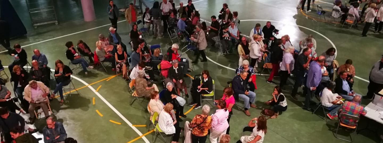 Gent esperant a l'escola Santa Anna, habilitada com a col·legi electoral.