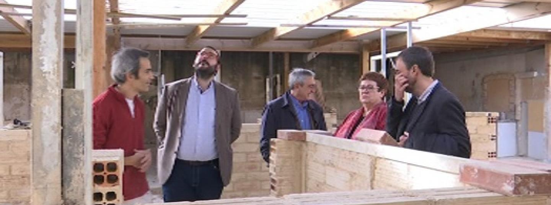 L'alcalde, David Bote, i el diputat, Alfredo Vega, visiten les instal·lacions de l'IES Miquel Biada acompanyats per la directora, Fàtima Prat. Foto: MA