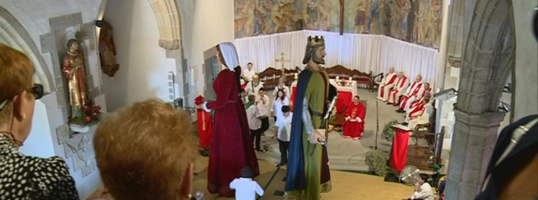 Els gegants de Cabrera ballen a l'església