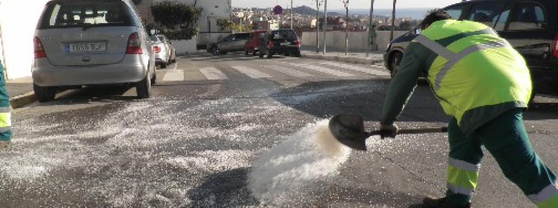 Operari municipal llença sal durant l'onada de fred de 2012. Foto: Ajuntament de Mataró