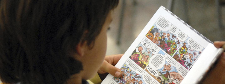 Infant llegint un còmic