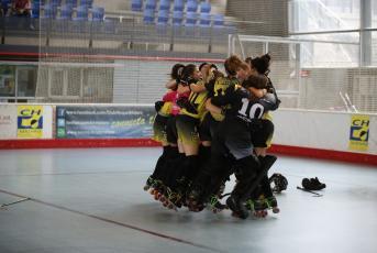 L'equip fent pinya després de certificar l'ascens a l'OK Lliga Femenina - Foto: Svetlana Akimova