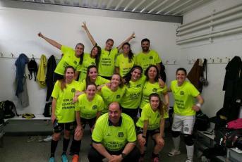 La plantilla celebrant l'ascens de categoria (Foto: CFS Ciutat de Mataró)