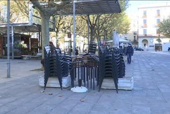 imatge de cadires i taules de bar apilades