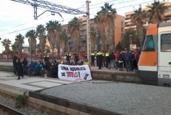 Ocupació de les vies del tren a Mataró. Foto: E.B.