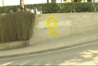 El llaç groc pintat al pas subterrani de Sant Simó
