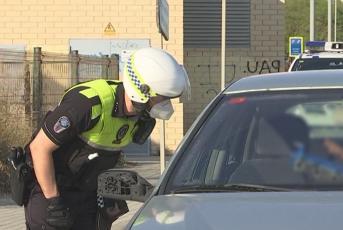 Policia atenent un conductor de vehicle