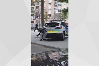 Sospitós punxant la roda d'un cotxe de la Policia Local